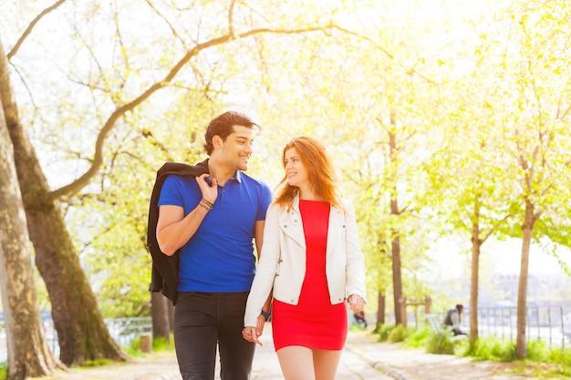 Couple amoureux marchant dans un parc à paris