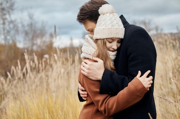Couple amoureux marchant dans le parc