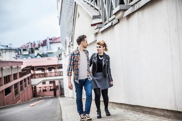 Couple amoureux marchant dans la rue d'une ville moderne