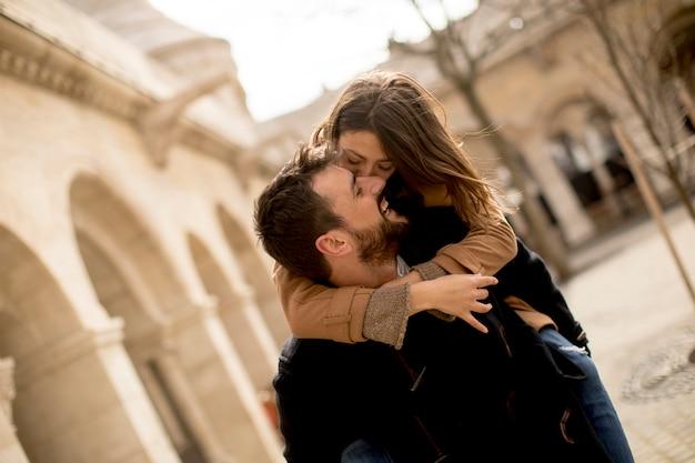 Couple amoureux marchant et s'amusant à budapest, hongrie