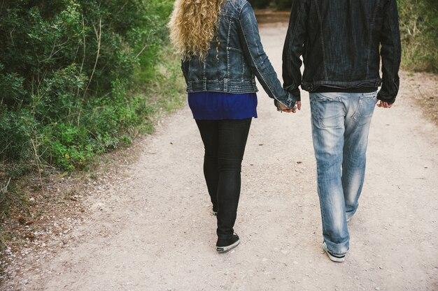 Couple d'amoureux marchant tenant par la main