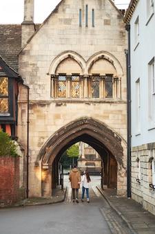 Couple amoureux marche près du vieux château