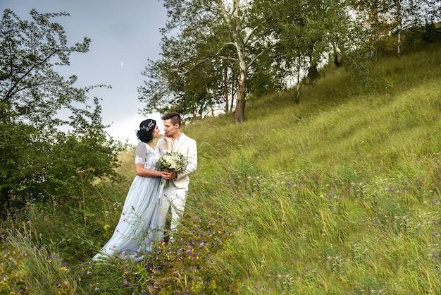 Couple amoureux marié et mariée se regardent dans les yeux