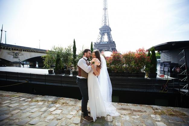 Couple amoureux à paris, photographie de mariage