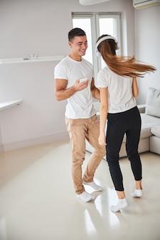 Couple d'amoureux passant du temps à la maison et dansant