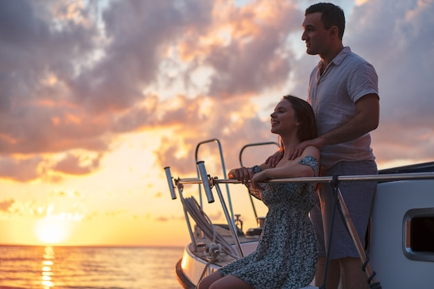 Couple d'amoureux passant du temps sur un yacht à la mer