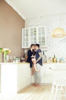 Couple amoureux a petit-déjeuner dans la cuisine tôt le matin. câlins