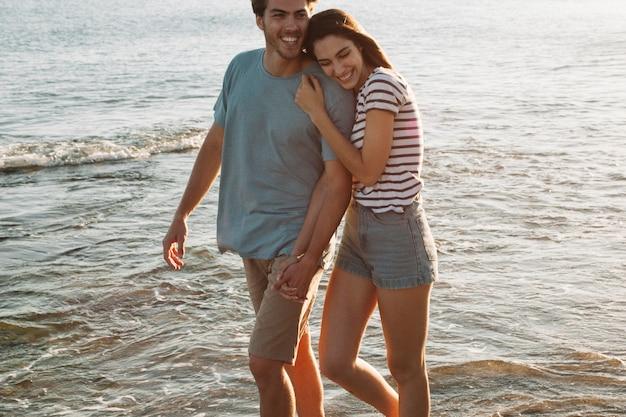 Couple amoureux à pied sur le rivage