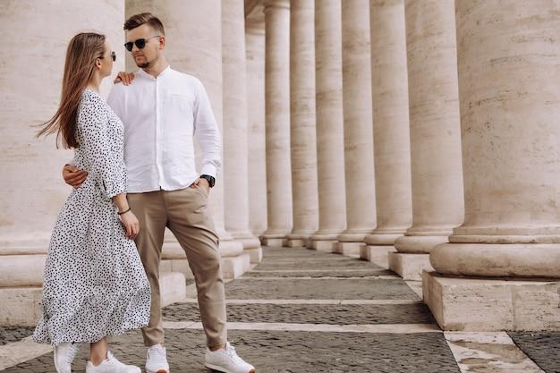 Couple d'amoureux sur la place saint-pierre au vatican