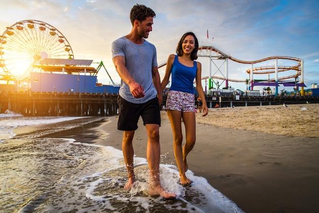 Couple amoureux à la plage