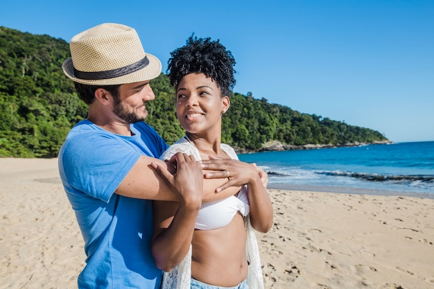 Couple amoureux de la plage