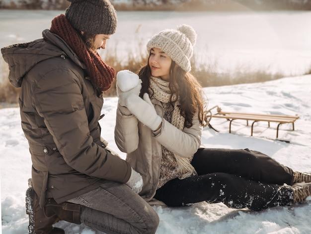Couple amoureux en plein air l'hiver