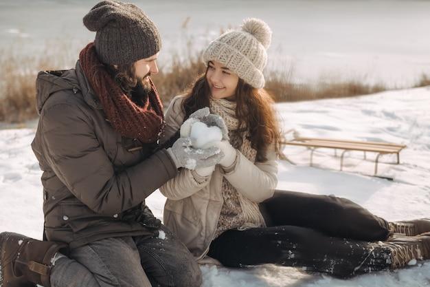 Couple amoureux en plein air sur l'hiver