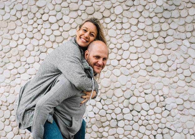 Couple amoureux en plein air
