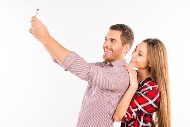 Couple amoureux prenant selfie avec câlins