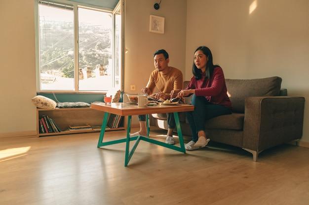 Un couple d'amoureux prend son petit déjeuner à la maison le matin.