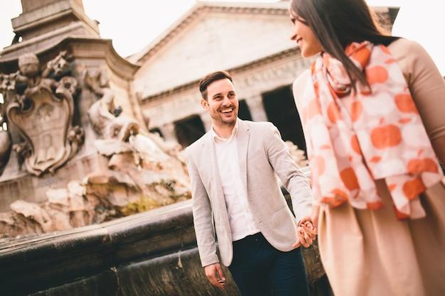 Couple d'amoureux près de la fontaine devant le panthéon de rome