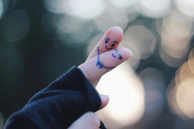 Couple d'amoureux présenté par doigt avec bokeh de forme ronde