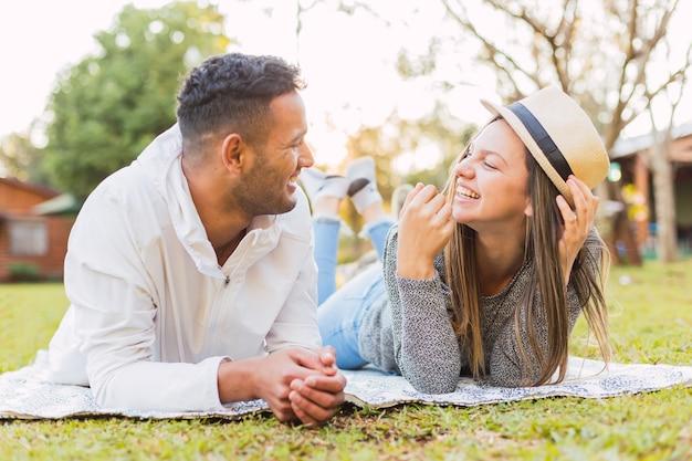 Couple amoureux profitant du plein air.