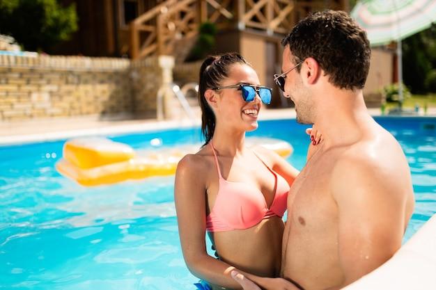 Couple amoureux profitant de l'été dans la piscine
