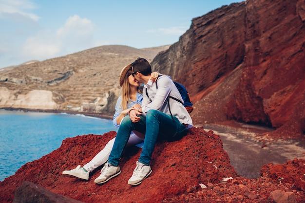 Couple amoureux profitant de lune de miel sur la plage rouge