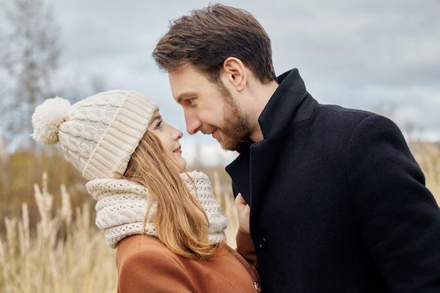 Couple amoureux, promenade dans le parc, saint valentin