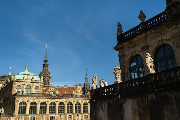 Un couple amoureux sur une promenade de mariage au célèbre palais baroque zwinger à dresde, saxe, allemagne