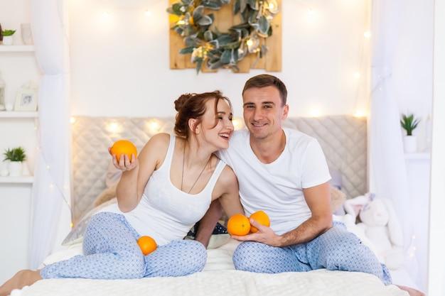 Couple d'amoureux en pyjama allongé sur le canapé. période de noël. vacances à la maison