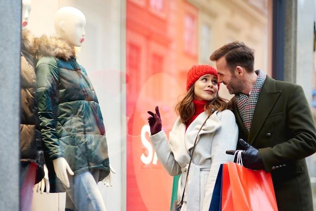 Couple d'amoureux regardant l'affichage de la fenêtre