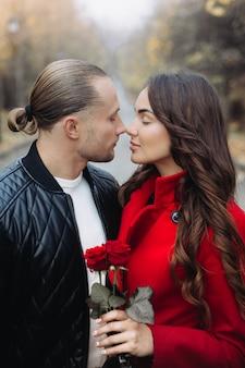 Un couple amoureux sur un rendez-vous romantique dans le parc en automne