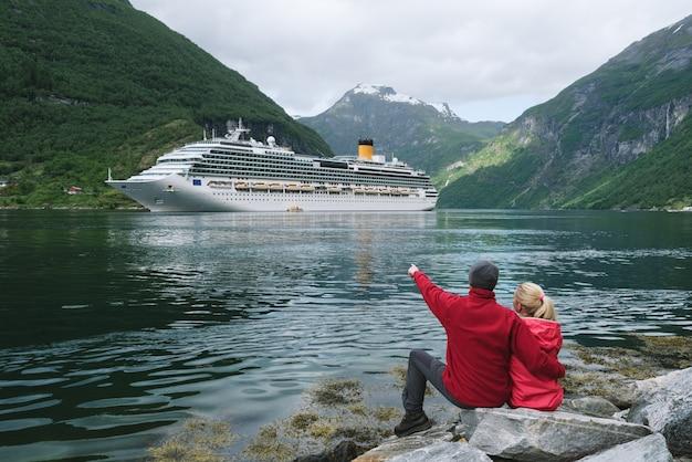 Couple amoureux rêve d'une croisière en norvège