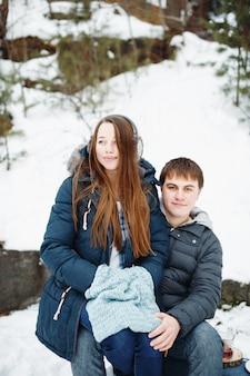 Couple d'amoureux s'amuser à l'extérieur en hiver