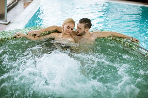 Couple d'amoureux se détendre dans un bain à remous