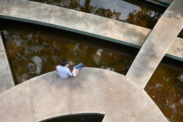 Couple d'amoureux se détendre