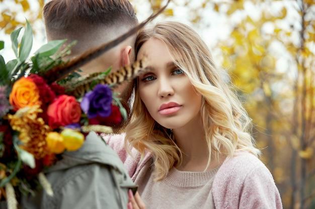Couple amoureux se promène dans la forêt d'automne