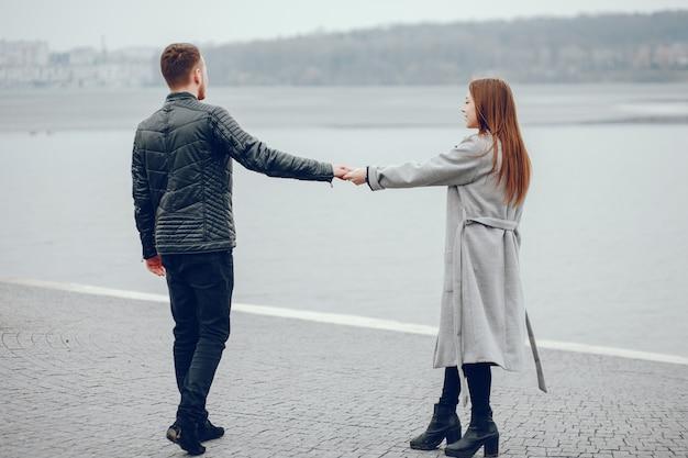 Couple d'amoureux se promener dans la rivière.