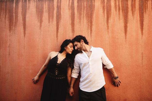 Couple amoureux se tiennent doucement la main, s'appuyant l'un contre l'autre