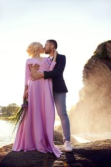Couple amoureux se tient dans les éclaboussures d'eau