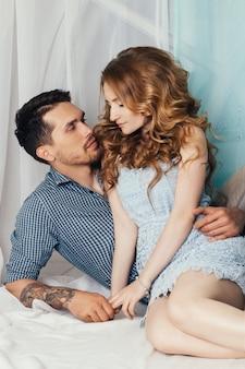 Couple amoureux sentiments tendres et romantiques