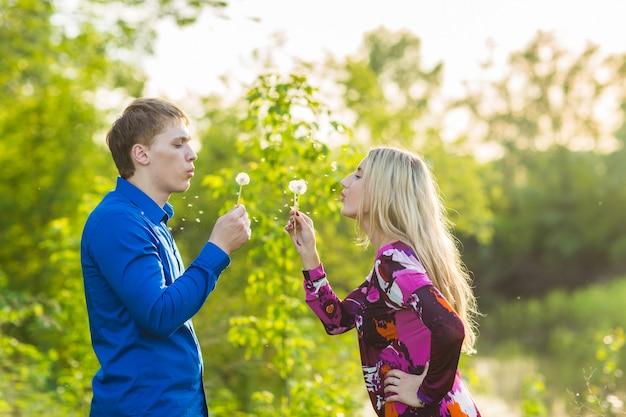 Couple, amoureux, souffler, blowballs, fleurs, visages, autre