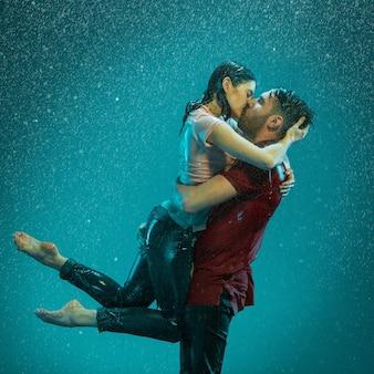 Le couple amoureux sous la pluie