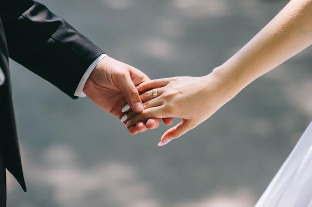 Couple Amoureux Tenant Mains A Anneaux Contre Robe Mariage
