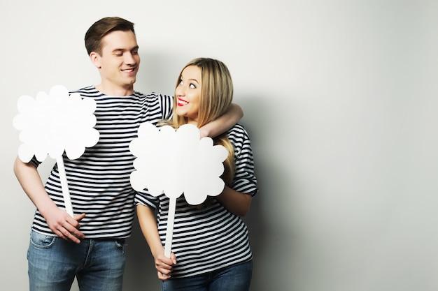 Couple amoureux tenant un papier vierge sur un bâton.