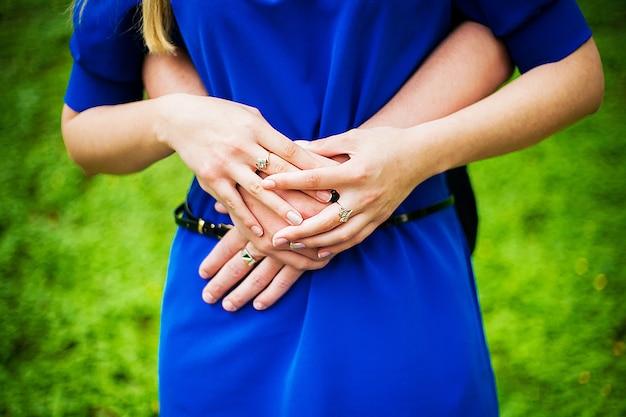 Couple amoureux tenant par la main