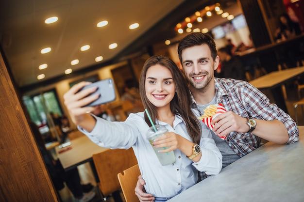 Couple d'amoureux en train de déjeuner au fast-food local