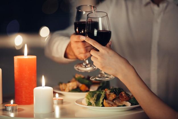 Couple d'amoureux en train de dîner romantique à la maison