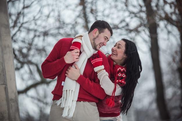 Couple amoureux en vêtements chauds