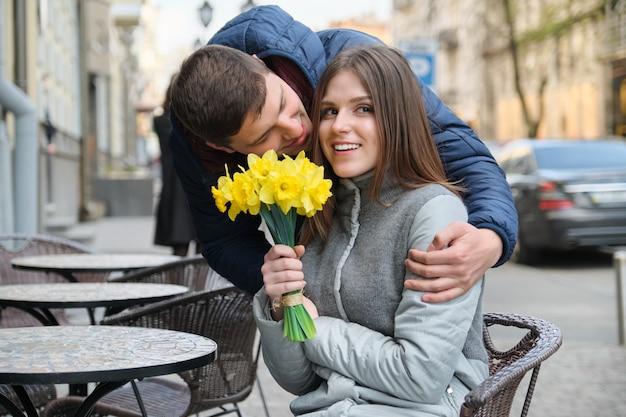 Couple amoureux en ville.