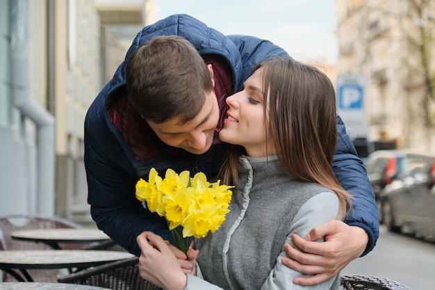 Couple amoureux en ville