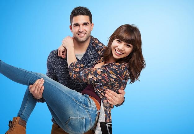 Couple amusant sur fond bleu